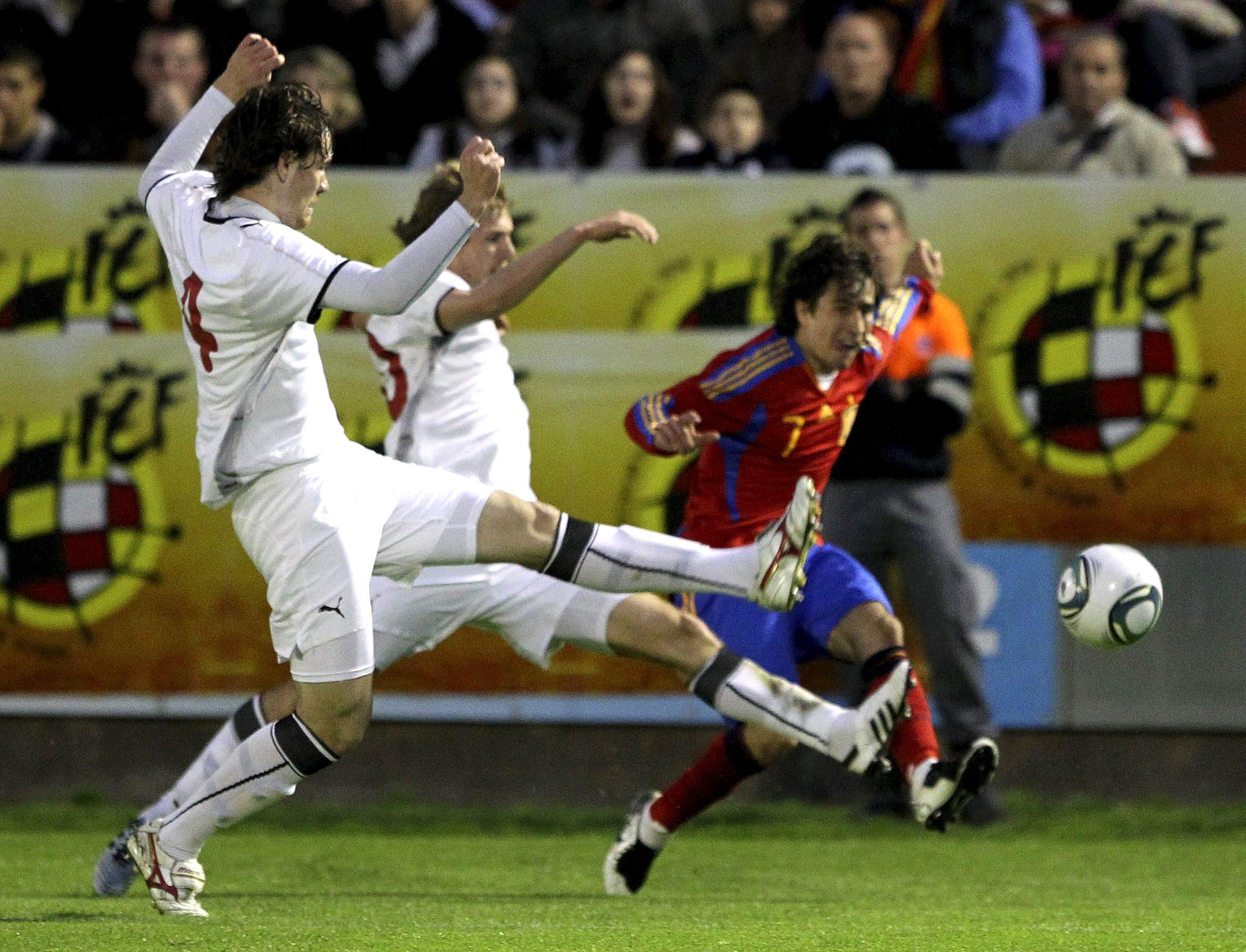 MD69 ALCALÁ DE HENARES 28/03/2011.- El delantero de la selección española de fútbol sub-21, Bojan Krkic (d), consigue centrar el balón junto a dos jugadores de la selección Bielorrusa, durante el partido amistoso que las dos selecciones sub-21 juegan esta noche en el estadio Municipal Virgen del Val, en Alcalá de Henares. EFE/ Alberto Martín