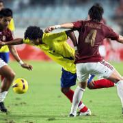 Ecuador's forward Joao Rojas Mendoza (C)