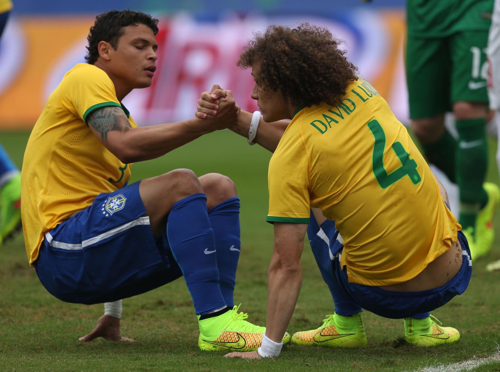 thiago-silva-e-david-luiz-ajudam-se-mutualmente-a-levantar-durante-amistoso-entre-brasil-e-servia-no-morumbi-1402094304346_1920x1427