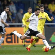 Valencia's midfielder Dani Parejo (L) vies with Villarreal's midfielder Manu Trigueros during the Spanish league football match Villarreal CF vs Valencia CF at El Madrigal stadium in Villareal on December 31, 2015.   AFP PHOTO/ JOSE JORDAN